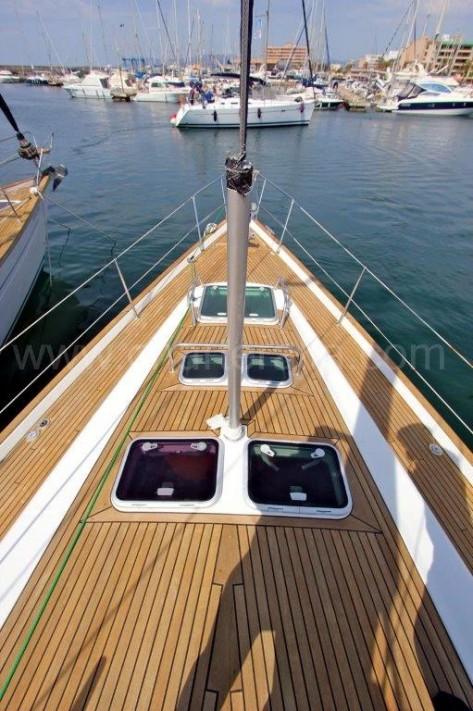 Cubierta en madera de teka del velero de alquiler en Ibiza de 50 pies