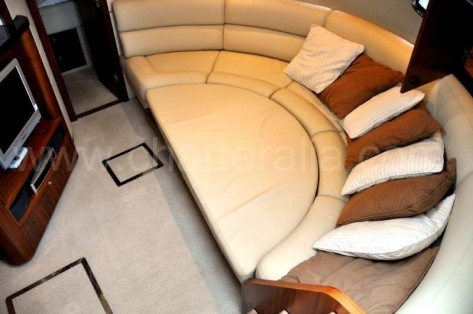Sofa comodo a bordo Portofino 46 Sunseeker yate para alquiler en Ibiza