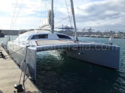 Vista lateral catamaran de alquiler en Ibiza y Formentera