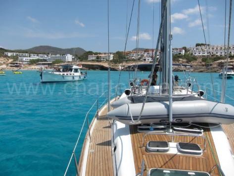 Zodiac dinghy estibada sobre la cubierta del velero en Ibiza