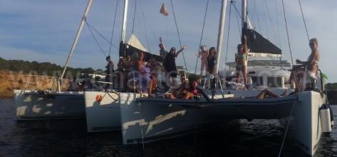 Anclados en Cala Bassa con grupo grande de 11 o mas personas en Ibiza