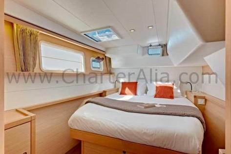 Cama de matrimonio en SporTop Lagoon 450 Ibiza catamaran charter
