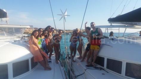 Catamaranes de alquiler en Ibiza amarrados juntos