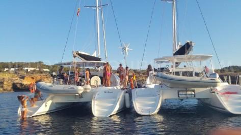 Catamaranes juntados mientras anclados en Islas Baleares