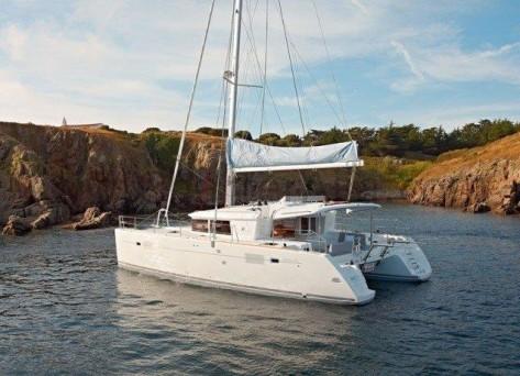 Charter de yate 450S Lagoon para excursiones semanales con capitan en Ibiza
