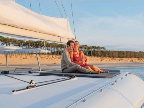 Techo accesible en 450 SporTop Lagoon yate con patron para charter semanal en Ibiza