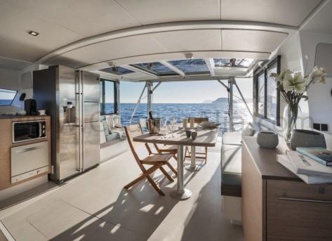 Ventana trasera retractil del Bali 43 catamaran para charter en Ibiza