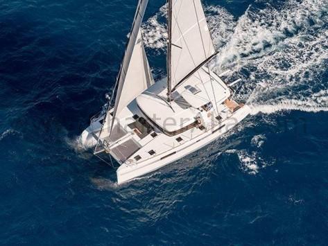 Vistas del dron del 450 Lagoon SporTop embarcacion para alquiler en Ibiza
