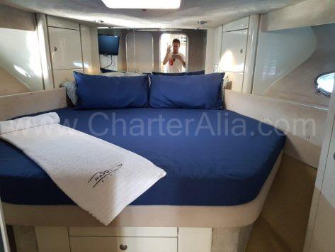Habitación principal de la motora Sunseeker para arrendar en Ibiza