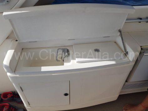 Lavabo exterior en el yate de motor para rentar en baleares