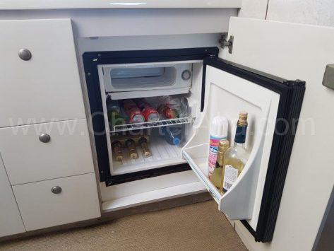 Nevera interior repleta de bebida en la cocina de la motora Camargue de CharterAlia