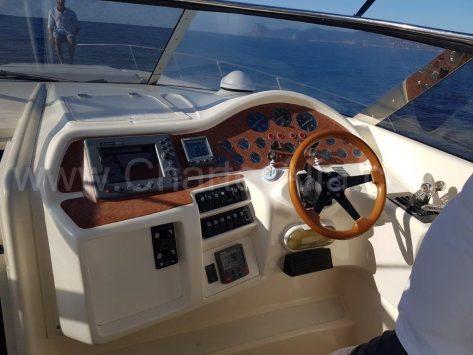 Puesto de mando para el capitan del alquiler de barco a motor en formentera e ibiza