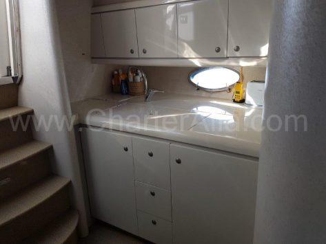 Rentar yates en Eivissa cocina interior completa