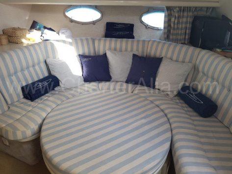 Vista de detalle del salón con sofa cama en alquiler barcos Ibiza de motor con patron