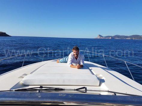Vista desde el puesto de mando de la motora para alquilar en Formentera