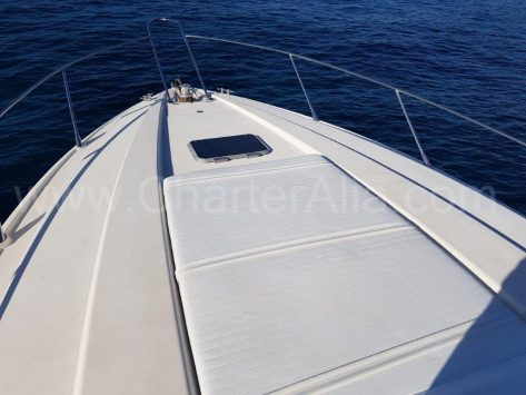Vista frontal del yate de charter en Ibiza con motor