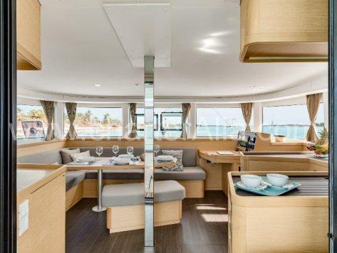 Plataforma central de Lagoon 42 barco disponible para alquilar en Ibiza