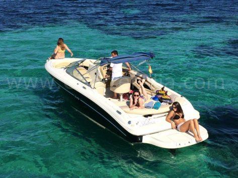 Tomando el sol a bordo 230 Sea Ray motora para alquilar en Ibiza con el capitán