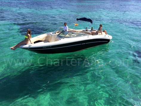 Vista con drone de al lancha Sea Ray 230 en alquiler en Formentera y Ibiza