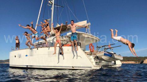 Saltando del Lagoon 400 alquiler de catamarán en Ibiza