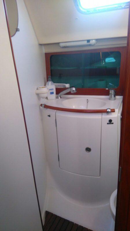 Aseo con ducha del alquiler de velero en Ibiza Beneteau Oceanis 383