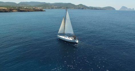 Imagen de drone del velero de charter Oceanis 383 en Formentera