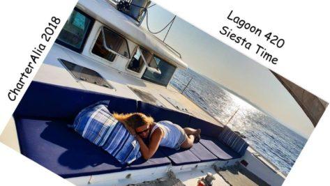 Sofa ideal en la parte delantera del catamaran Lagoon 420 para relajarse y disfrutar de las siestas en Ibiza