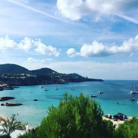 Catamaranes para alquilar en Ibiza fondeados en Cala Tarida