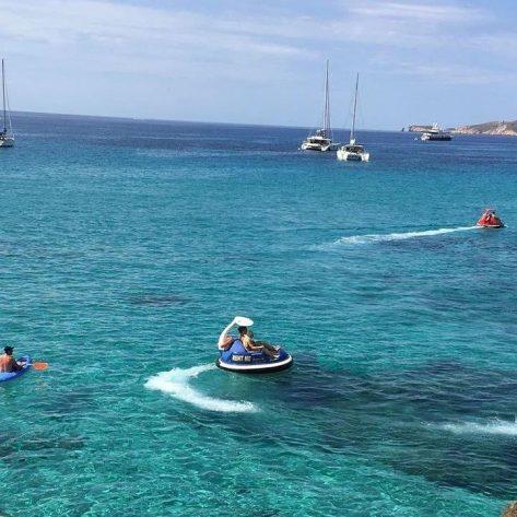 Deportes acuáticos en Cala Tarida