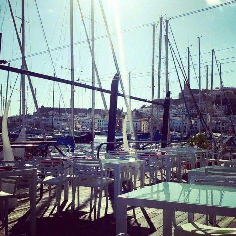 La terraza del Club Náutico de Ibiza, llena de luz en pleno invierno