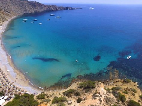 Barcos de alquiler CharterAlia fondeados en Cala Jondal