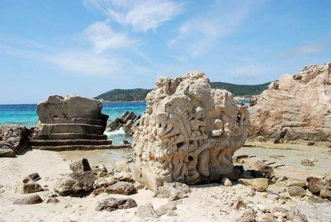 Escultura en playa Ses Salines en Ibiza