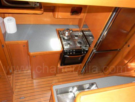 470 Lagoon catamaran tiene cocina independiente en pasillo babor en embarcacion para alquilar en Ibiza y Formentera