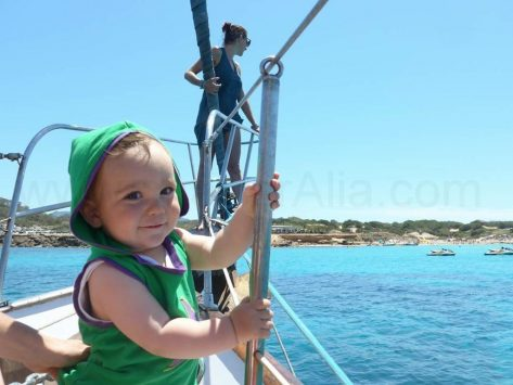 Bebés a bordo de nuestros barcos de alquiler en Ibiza y Formentera