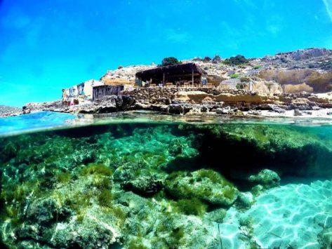 Cala Escondida Ibiza una de las playas donde puedes practicar nudismo en Ibiza