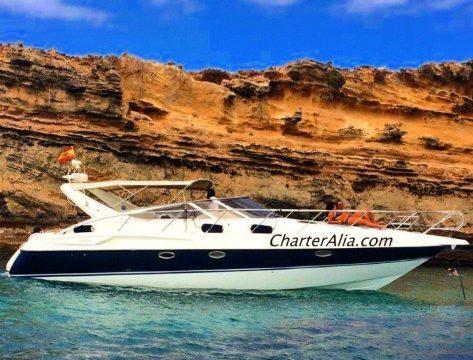 Cranchi 39 yate de alquiler en Ibiza fondeado en la bahia de Porroig