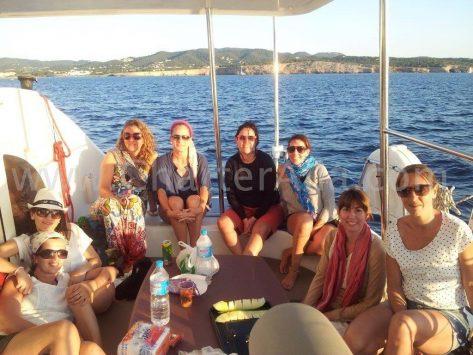 Clientes en la terraza trasera del charter catamaran Lagoon Ibiza Formentera