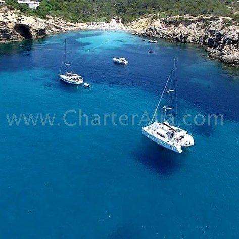 Playa de Es Codolar en Ibiza con catamaran Lagoon 380 2018 fondeado
