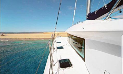 Banda babor catamaran de alquiler en Ibiza Lagoon 420