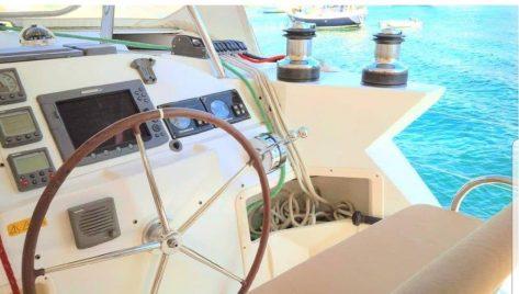 Rueda de timon catamaran Lagoon 420 charter Ibiza