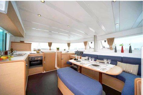 Salón y cocina interior Lagoon 420 en Baleares