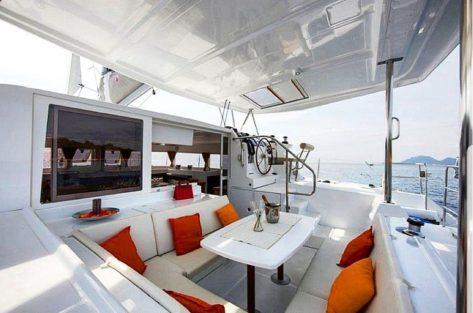 Terraza de popa con sombra catamarán Lagoon 420 en Formentera