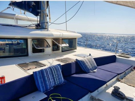 Tumbonas para tomar el sol en la zona frontal del catamaran Lagoon 420 en Ibiza