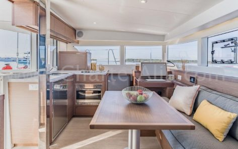 Vista del salon de alquiler catamaran Ibiza Lagoon 40