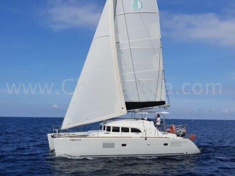 Catamaran de alquiler en Ibiza Lagoon 380 nuevo de 2019 navegando a vela