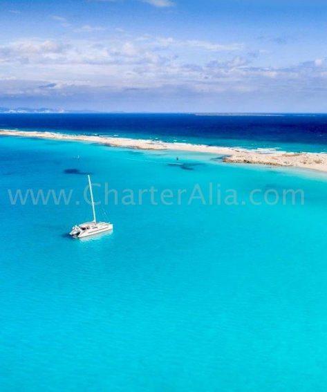Catamaran de charter Lagoon 380 botado en 2019 frente a las costas de Formentera y Espalmador