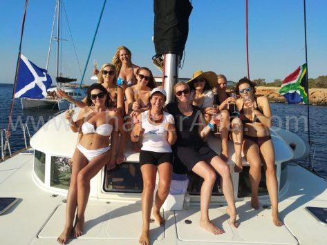 El catamarán Lagoon 380 de 2019 es ideal para excursiones de un día con amigos y también alquiler de catamarán en Ibiza para fines de semana y semanas completas