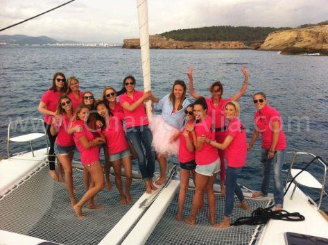 El catamaran Lagoon 380 es el barco mas demandado para celebración de despedidas de soltera en barco en Ibiza