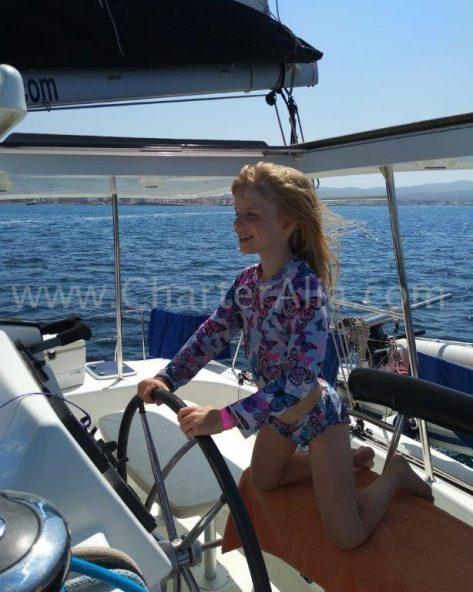 El catamaran Lagoon 380 es tan facil y seguro de navegar que hasta un niño puede hacerlo