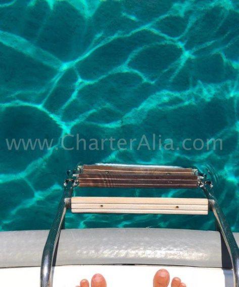 Escaleras para darse un chapuzón en las aguas de Ibiza y Formentera que bien podrían ser las de una piscina